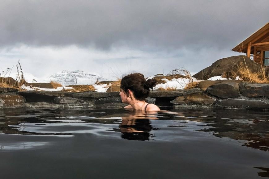 Anna en un pozo termal en el norte de Islandia