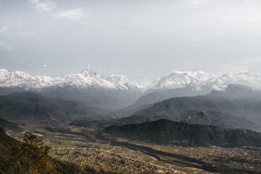 Valle con los himalayas de fondo vistos des del Sarangkot, Nepal