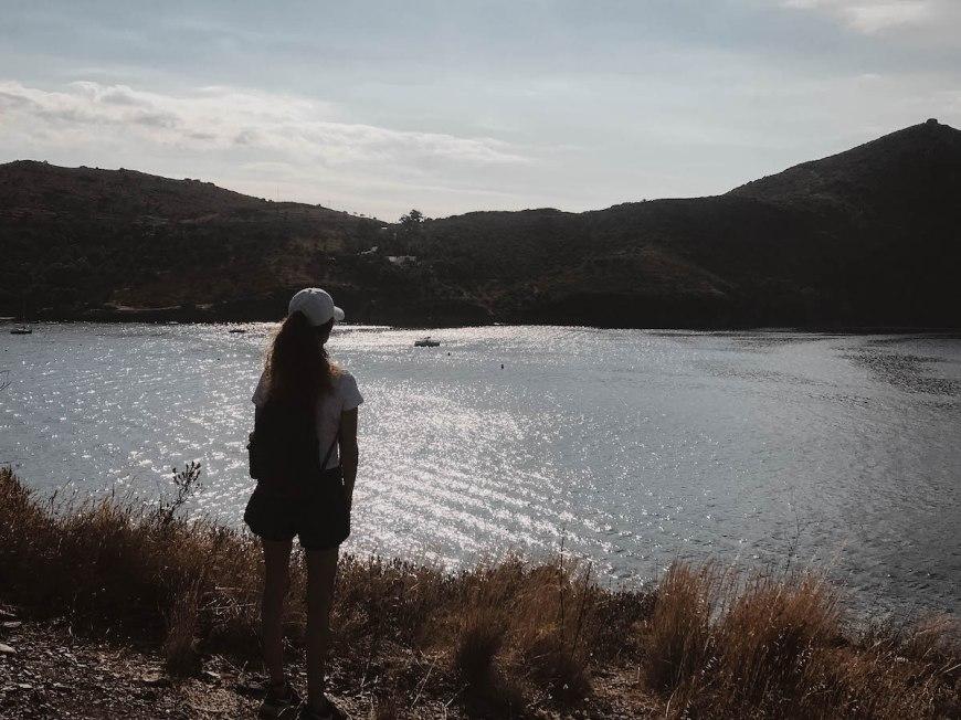 Anna realizando el camí de ronda de Montjoi a Cap Norfeu