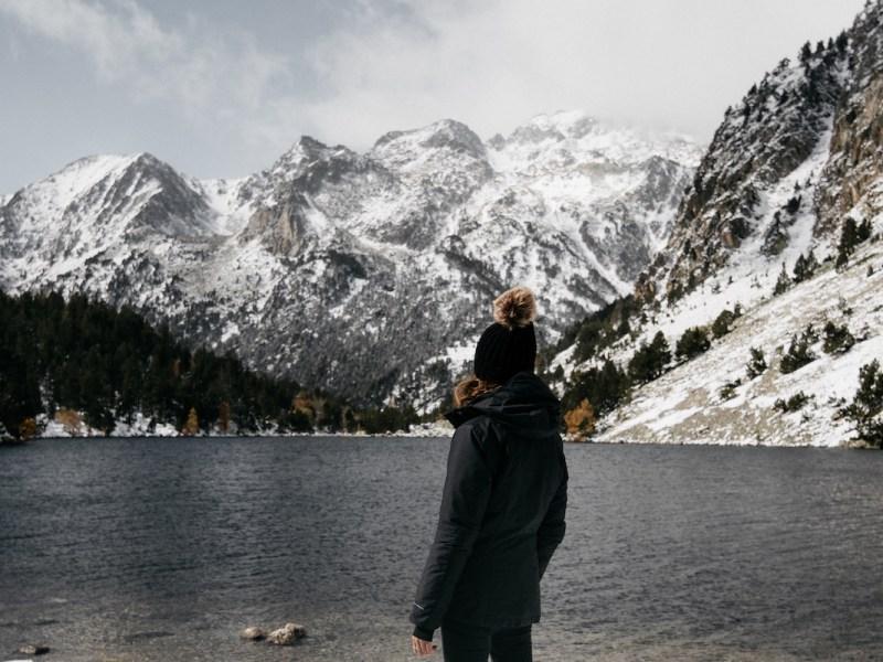 Anna junto a l'Estany Llong en la Val d'Aran