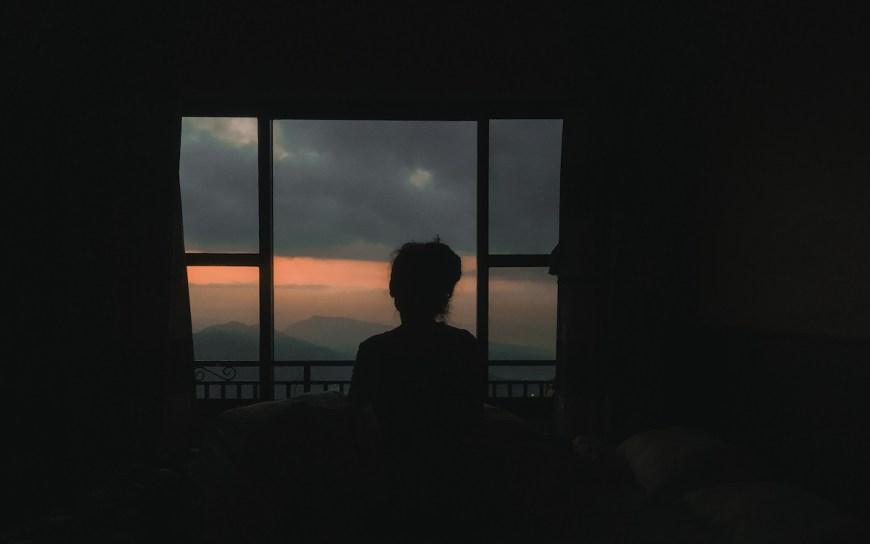 Anna viendo el amanecer en el Sarangkot, Nepal