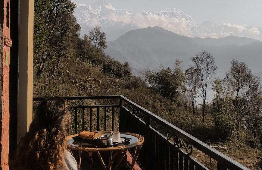 Anna desayunando en el balcón del hotel frente al himalaya, Nepal