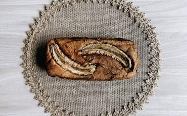 Pan de plátano encima de una mesa.