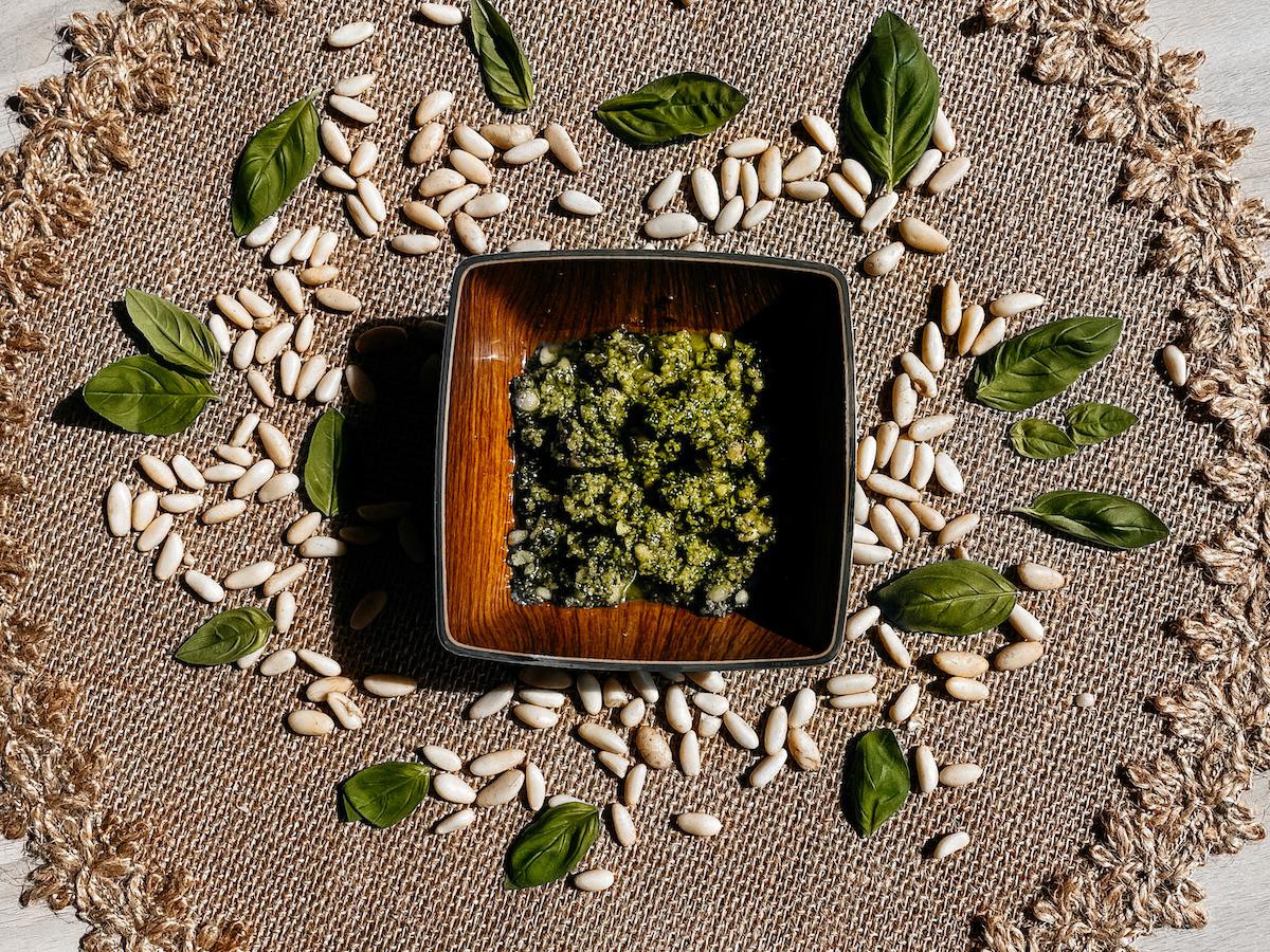 Plato con pesto verde encima de una mesa.