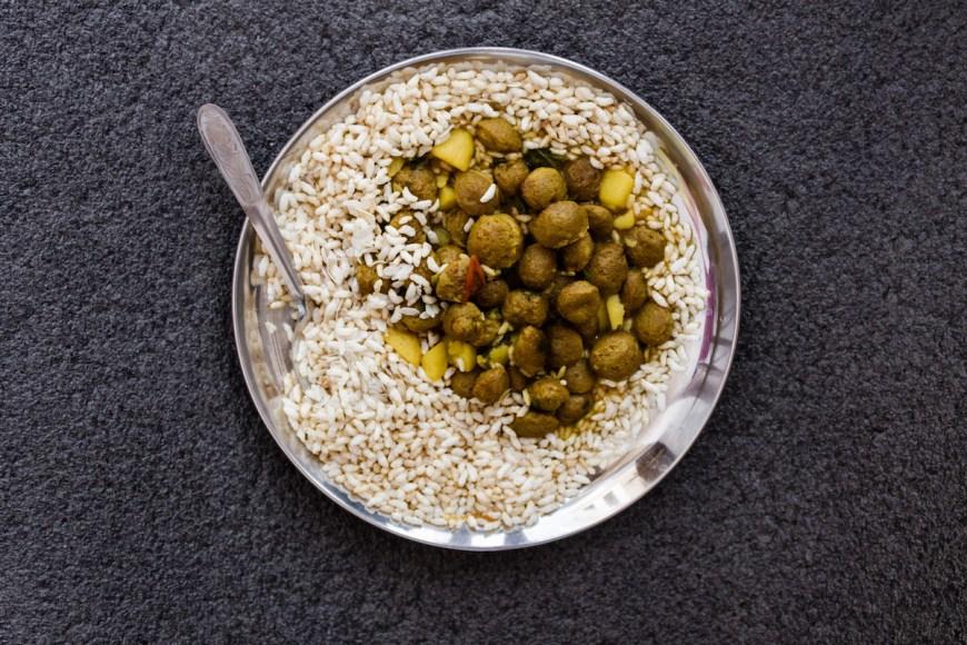 Arróz hinchado con bolas de soja, comida nepalí