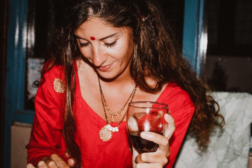 Anna durante la cena de fin de año vistiendo un kurtha en el Sarangkot, Nepal