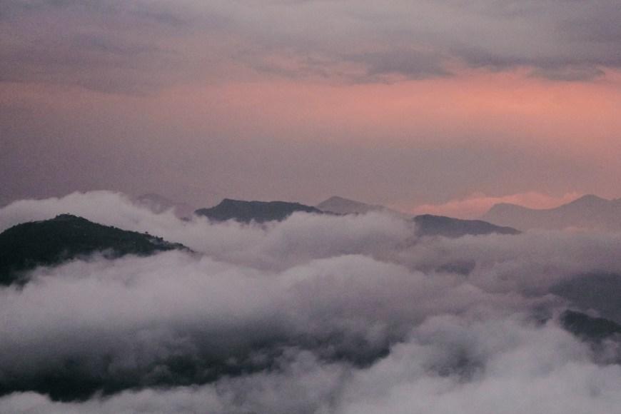 Montañas entre nubes durante el atardecer en el Sarangkot, Nepal
