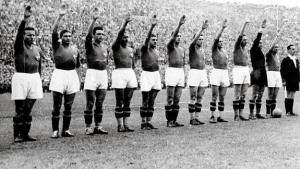 """La """"Azzurra"""" realizando el saludo fascista antes de un partido."""