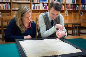 Katherine Kalsbeek y Richard Pollard, de la UBC, admiran la bula papal (Don Erhardt).