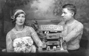 Mujer tatuándose durante los años 20. El tatuaje, visto como algo marginal y casi ilegal hasta principios de los años 90, fue una forma de rebelión individual contra la imagen de «chica buena y hogareña» que se quería dar a la mujer.