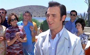 El cine costumbrista (como el protagonizado por Manolo Escobar, Paco Martínez Soria…) de finales del franquismo es irreal  y lleno de tópicos, y no tiene nada que ver con la realidad histórica del momento.