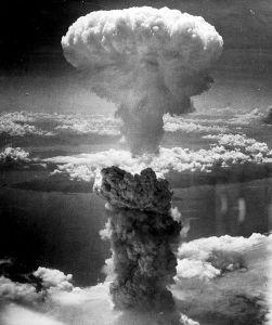 La violencia y la muerte continuaron a lo largo del Mundo, como pone de relieve el ejemplo de Hiroshima y Nagasaki