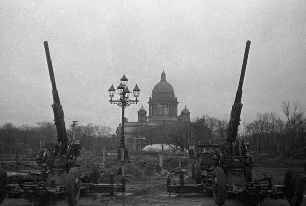 Antiaéreos vigilando el cielo de Leningrado (Wikimedia).
