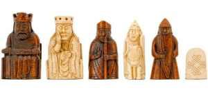De izquierda a derecha; el rey, la reina, el alfil, el caballo y la torre, respectivamente.
