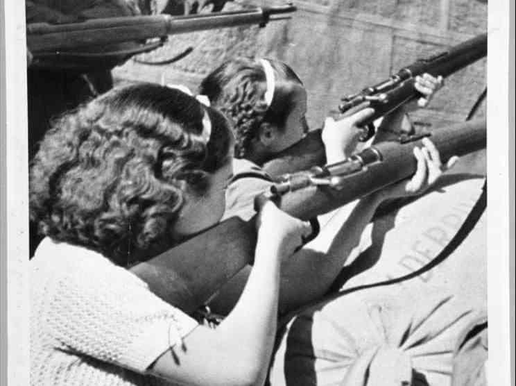 Milicianas republicanas disparando en el asedio del Alcázar de Toledo (Wikimedia).