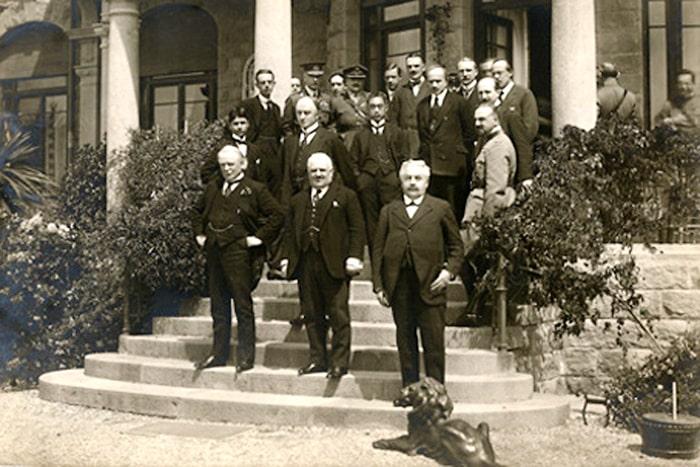 Participantes en la Conferencia de Génova en 1922. El primer ministro británico Lloyd George se encuentra en la primera fila, en el lado izquierdo.