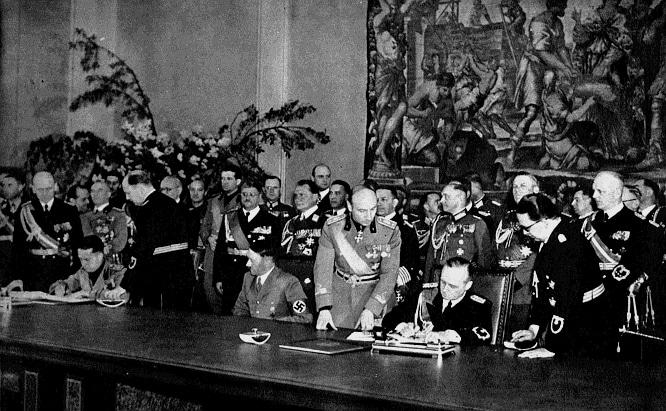 Pacto de Acero Berlín (mayo 1938). Ciano, Hitler y Ribbentrop (Wikimedia).
