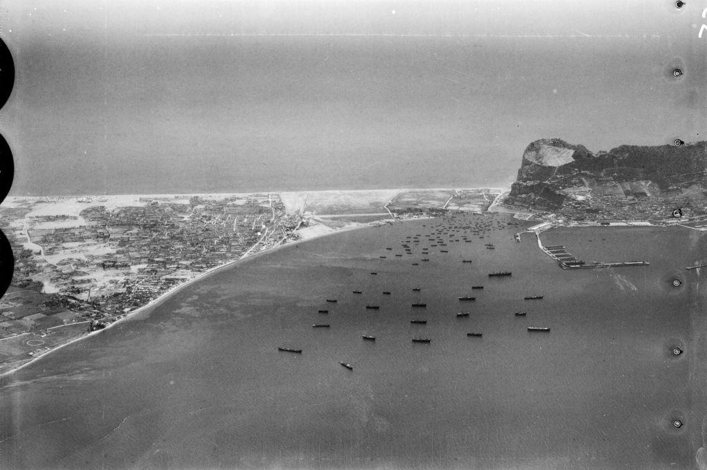 El istmo de Gibraltar en 1928 o 1930, años antes de la construcción de la pista de aterrizaje (Wikimedia).