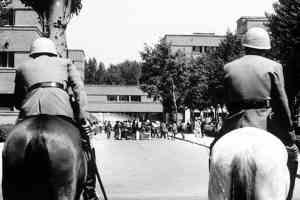 Los «grises» ante una manifestación estudiantil en la Complutense. 1968. Creador: Manuel P. Barriopedro, propiedad de EFE. Libre uso.