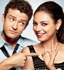 Imagem do cartaz do filme, com o cantor e ator Justin Timberlake e a atriz Mila Kunis. Eles estão um do lado do outro, aparecendo até pouco abaixo do peito. Mila olha para a câmera, sorrindo e fazendo sinal de OK com os dedos. Justin olha para ela pelo canto dos olhos, com uma cara meio assustada e aponta, com o dedo indicador, para o sinal que ela faz com as mãos.