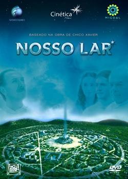 """Imagem do cartaz do filme, com o texto """"Nosso Lar"""". A imagem é de um céu azul claro, onde se vê de maneira bem discreta a imagem do rosto de alguns personagens. Na base da foto, é possível ver a cidade do filme, em forma de circulo e arborizada, com um mastro no centro."""