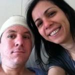 Imagem de Lak (sorrindo para a câmera) e Marcelo, com seu curativo em forma de turbante que protege a orelha do lado em que foi inserido o Implante Coclear.