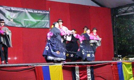 La danza y el color vibro en Guatapé en el tercer festival internacional del Folclore.