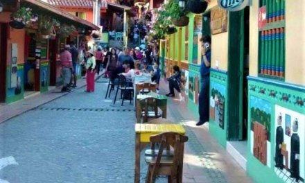 No hay espacio para el peatón en las calles de Guatapé