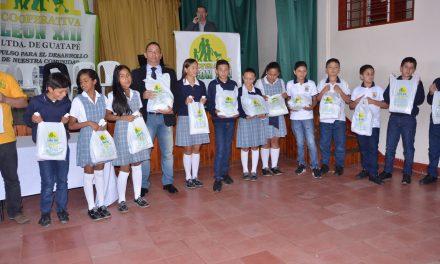 3608 estudiantes uniformes de educación física por la Cooperativa León XIII