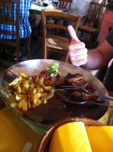 Costillas y carne asada con patatas