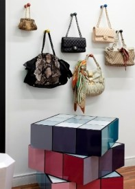 no-projeto-do-decorador-leonardo-di-caprio-o-closet-do-apartamento-de-310-m-possui-suportes-para-bolsas-na-parede-e-um-porta-joias-em-forma-de-cubo-magico-os-objetos-ajudam-a-1374636579815_300x420