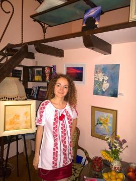 Artista Corina Chirila cu Sfinxul de la varful Omu la Stay by Coffee 2 go
