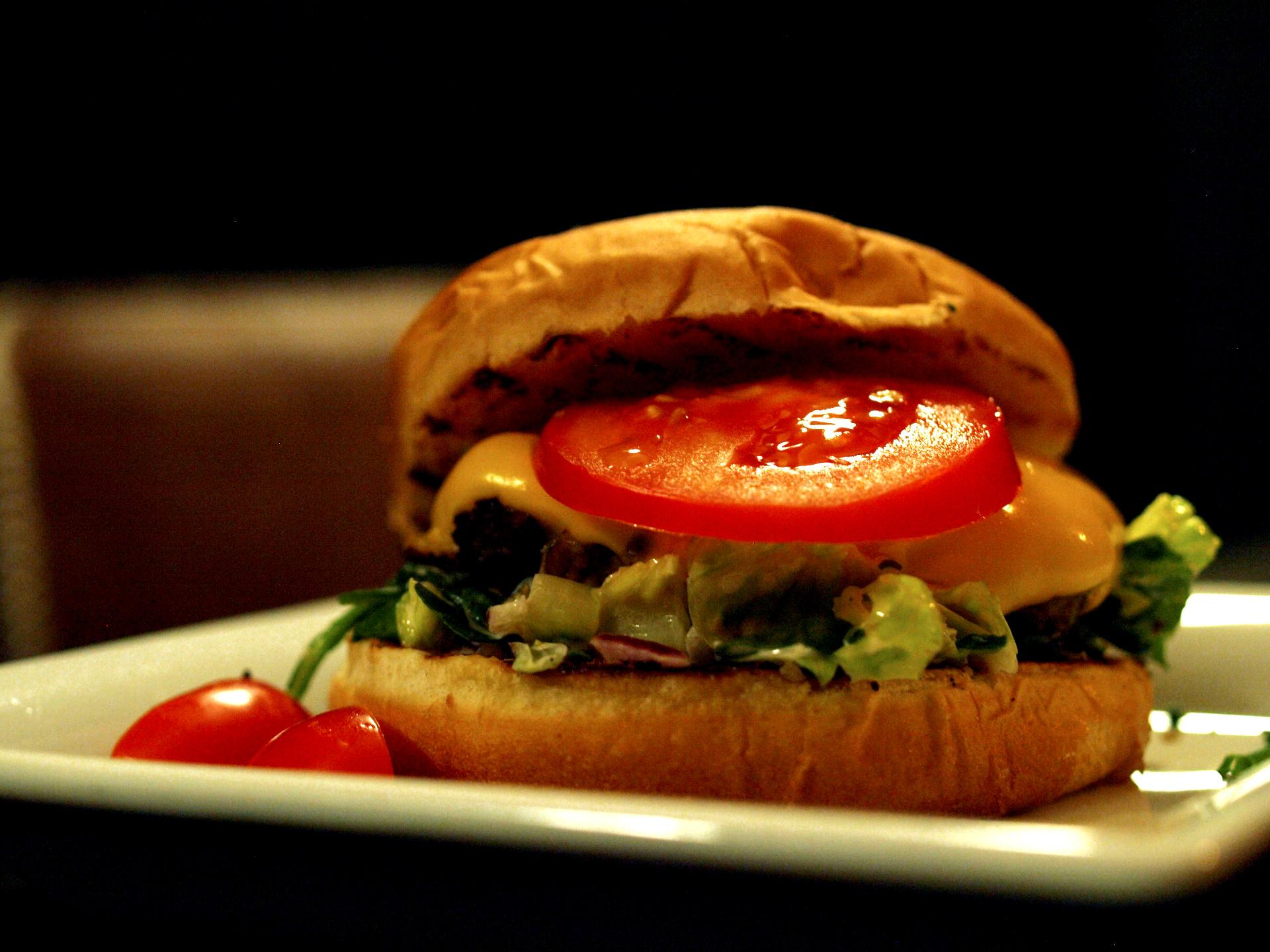 """DESEO Tapas Bar - """"Deseo Burger"""" mit 100% reinem Rinderbeef, Burgersauce, Salat, Zwiebeln und geschmolzenem Käse"""
