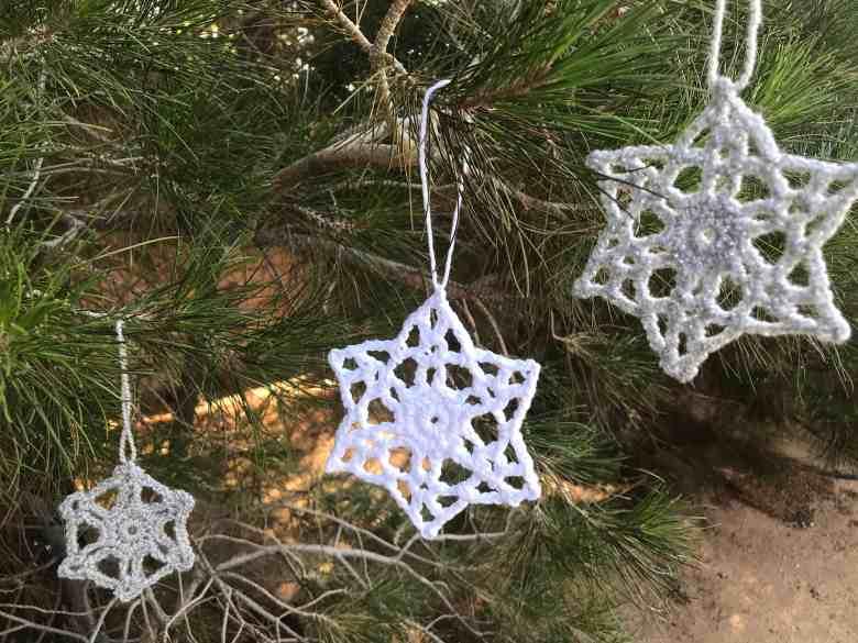Motif d'ornement de flocon de neige au crochet en 3 tailles