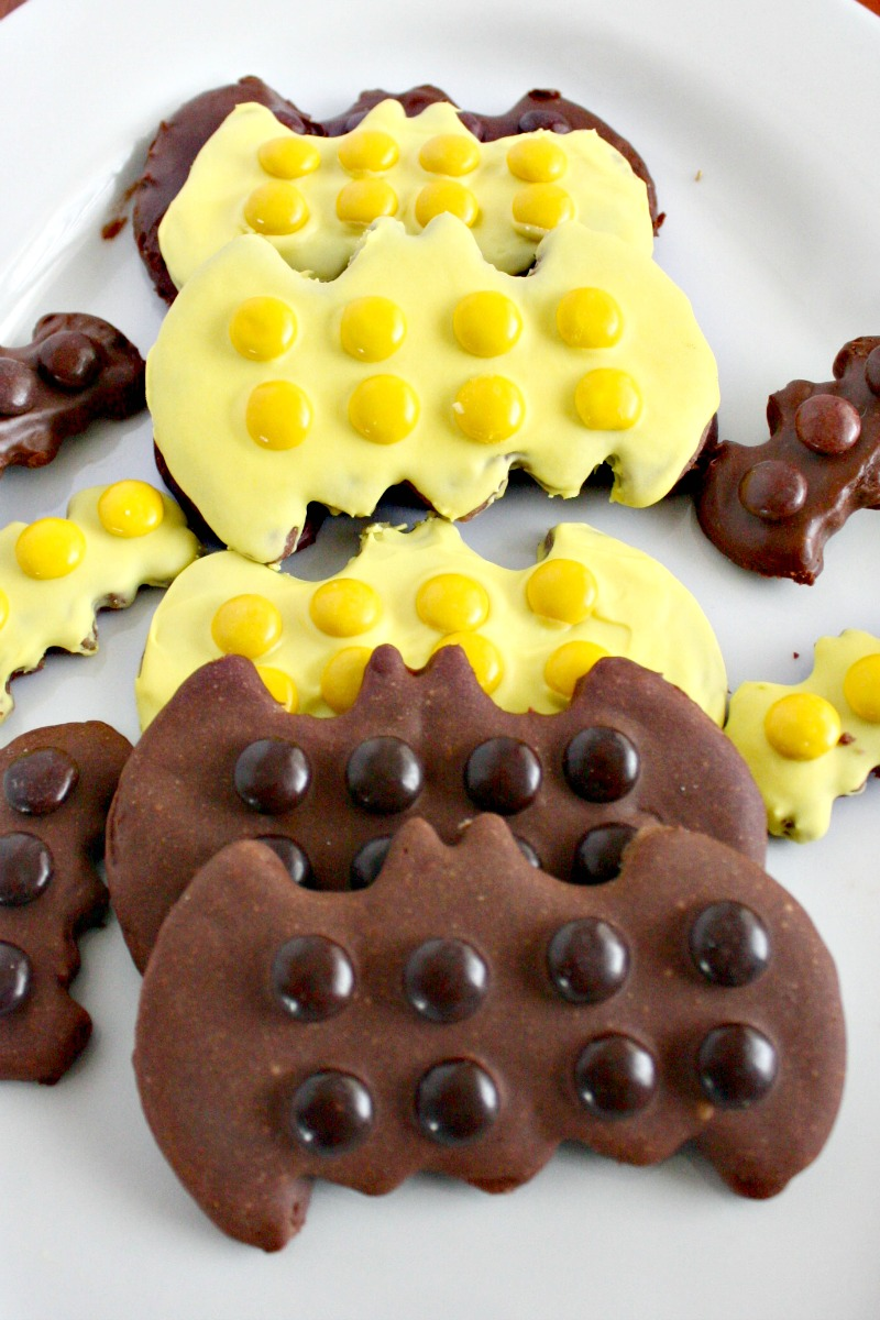 Check out these fun LEGO Batman cookies, it's all about easy decorating to get the LEGO Batman look. Fun for LEGO Batman party or for the LEGO Batman movie.