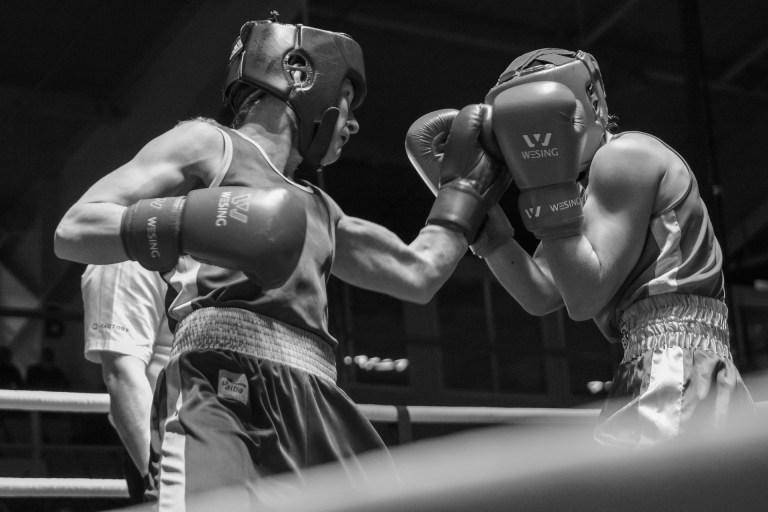 Imagen en blanco y negro. Dos boxeadores de perfil.