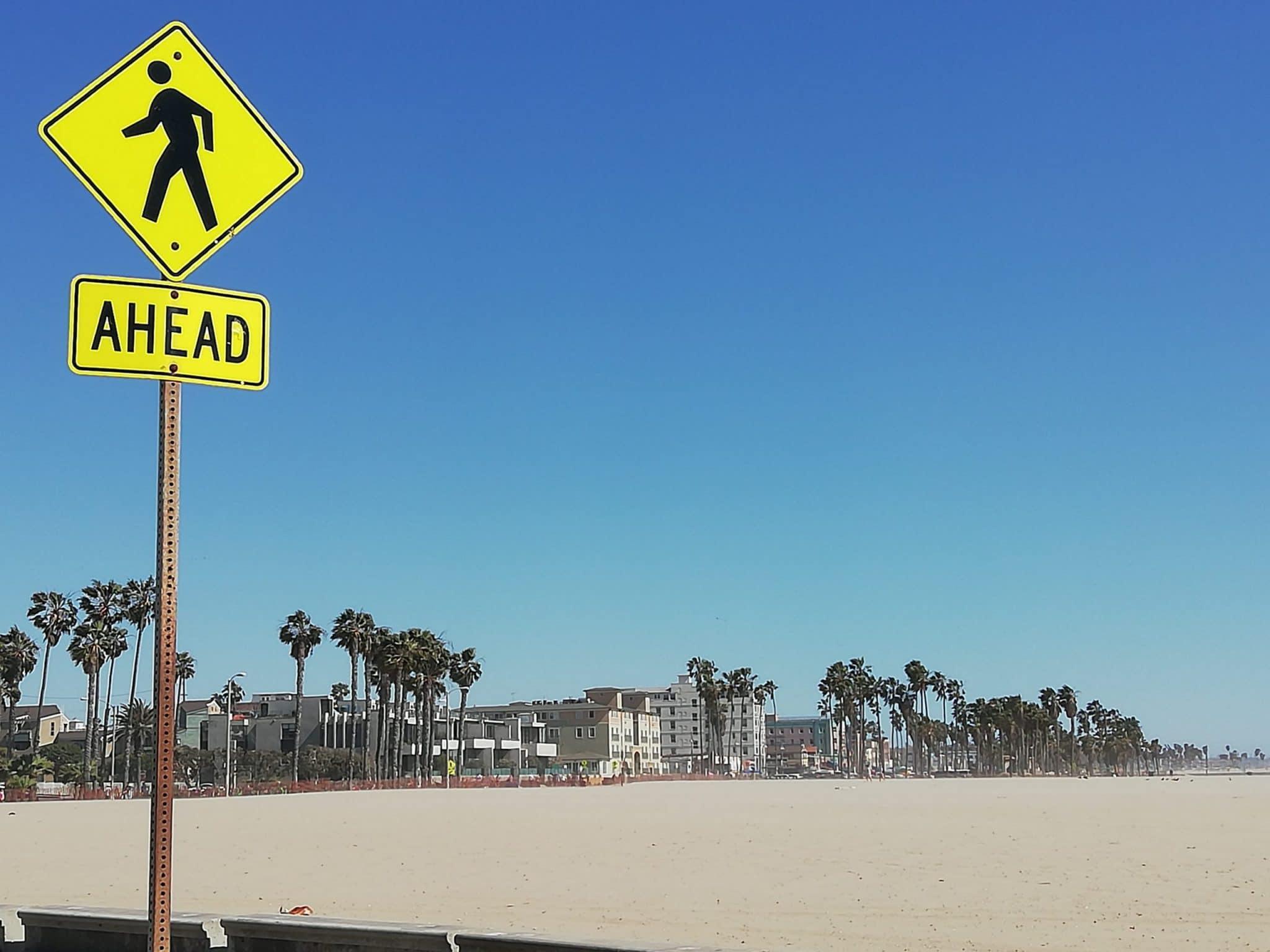 Panneau de signalisation au bord de la plage de Santa Monica, votre futur avec le coaching certifié Cliftonstrengths de Gallup