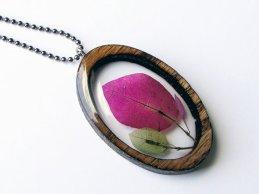 Un collier avec une VRAIE fleur à l'intérieur !