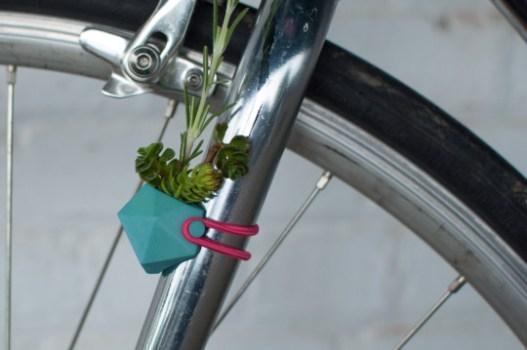 Un tout petit vase pour mettre des plantes sur ton vélo...