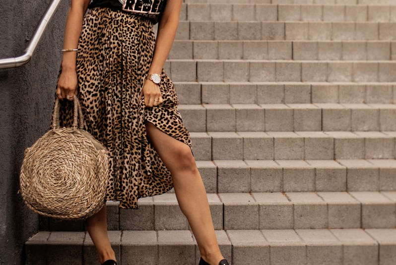 leopardí sukně, ratanová kabelka s zlaté doplňky