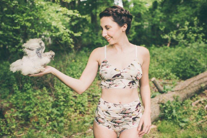 Žena ve veganském spodním prádle  uprostřed lesa