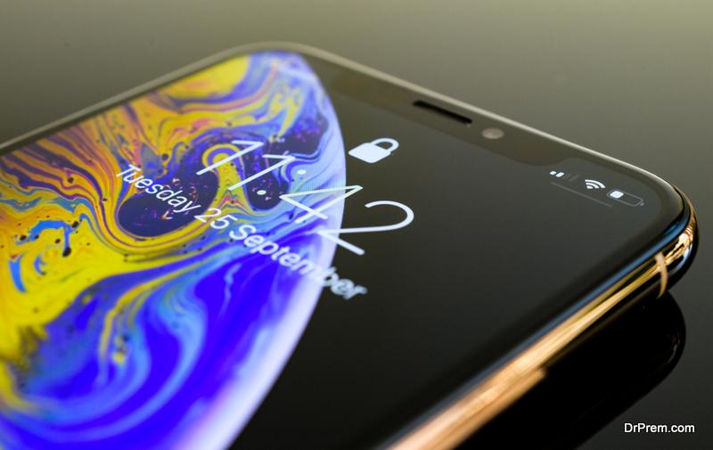 Apple iPhone Xs Max Gold Silver Smartphone lock screen