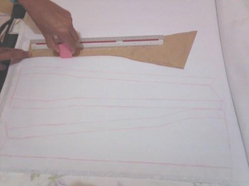 Para que a roupa se torne real, deve ser colocado o molde sobre o tecidos e então riscá-lo com giz.