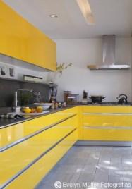 Cozinha com armários em laca amarela