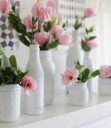 Garrafas e potes de vidro pintados combinando simplicidade e romantismo