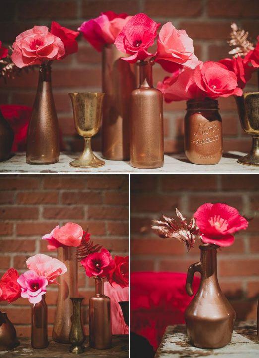 Potes e garrafas de vidros pintados em bronze na decoração com flores