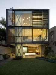 Casa container com três pavimentos e iluminação pontual