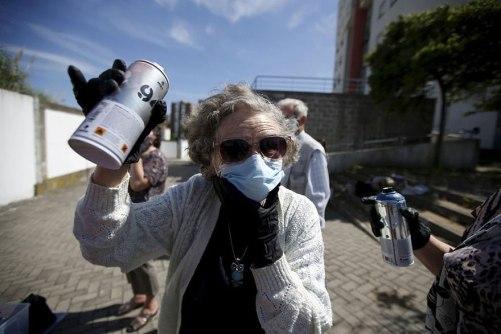 elderly-paint-graffiti-lisbon-lata-65-8