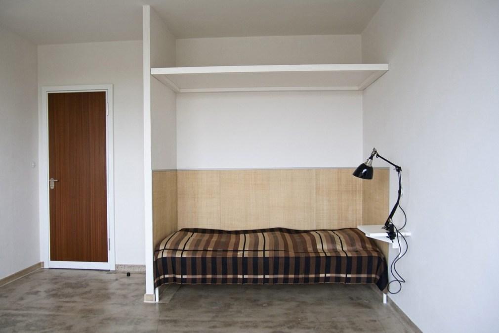 Quarto em creme reformado / Stiftung Bauhaus Dessau, Foto: Yvonne Tenschert