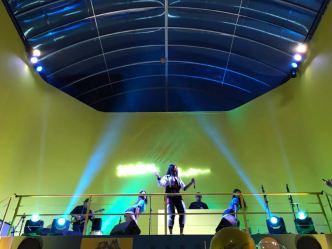 Ludmilla cantando no palco.